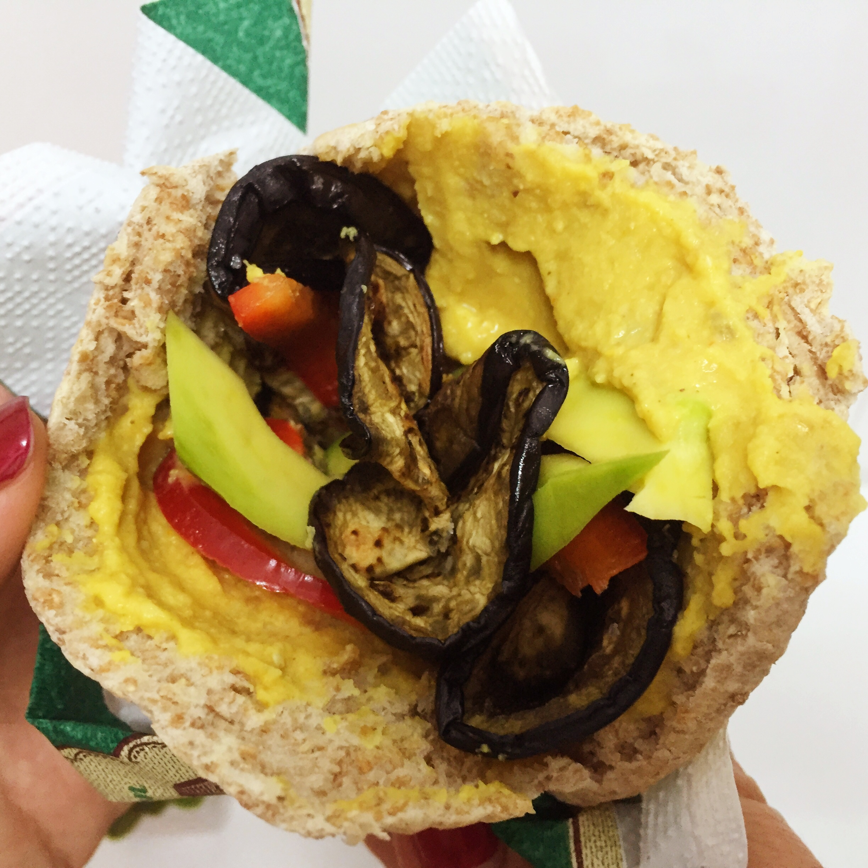 Pita vegana de berenjena y hummus