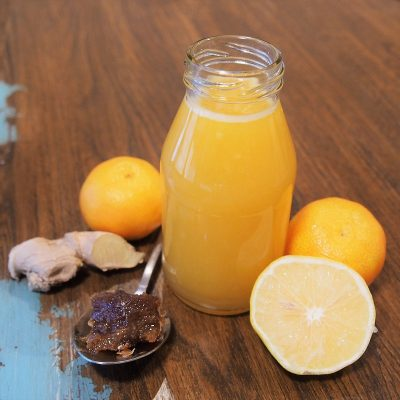 zumo de naranja, jengibre y limón para el resfriado